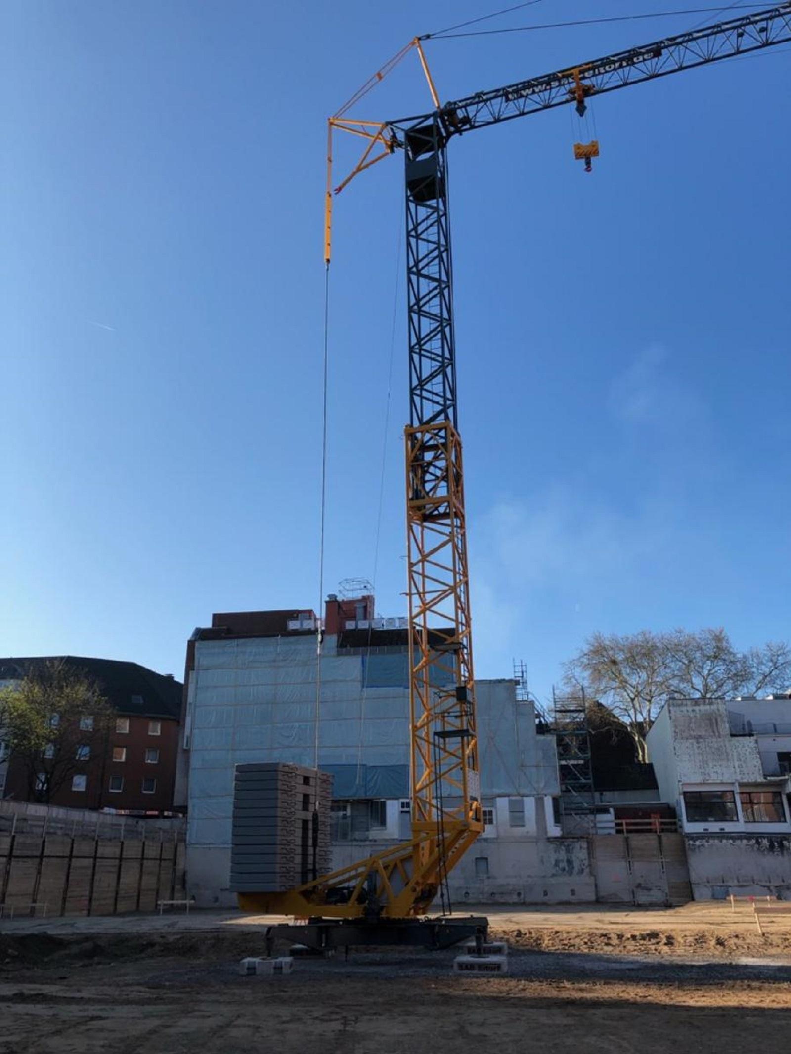 Baubeginn Haus 1: Ein mobiler Kran wurde aufgestellt. © moderne stadt