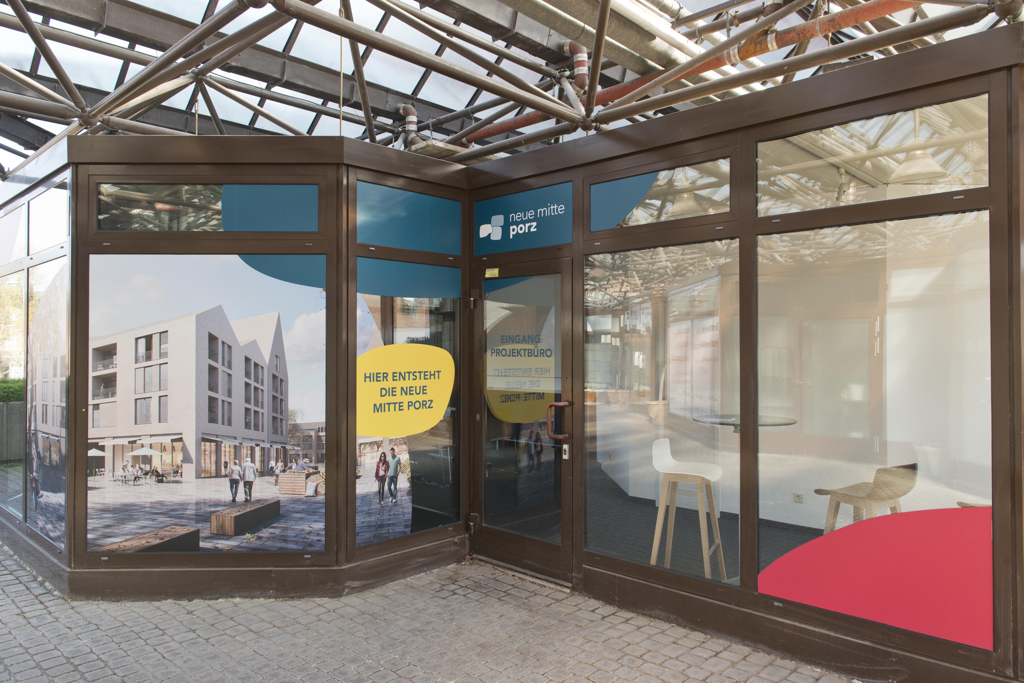 Das neue Projektbüro der Neuen Mitte Porz befindet sich im Pavillon auf der Fußgängerbrücke. © Daniel Poštrak