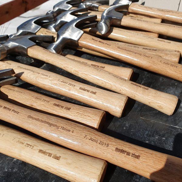 Die Hämmer liegen für die Grundsteinlegung bereit © Jasmin Schwarz