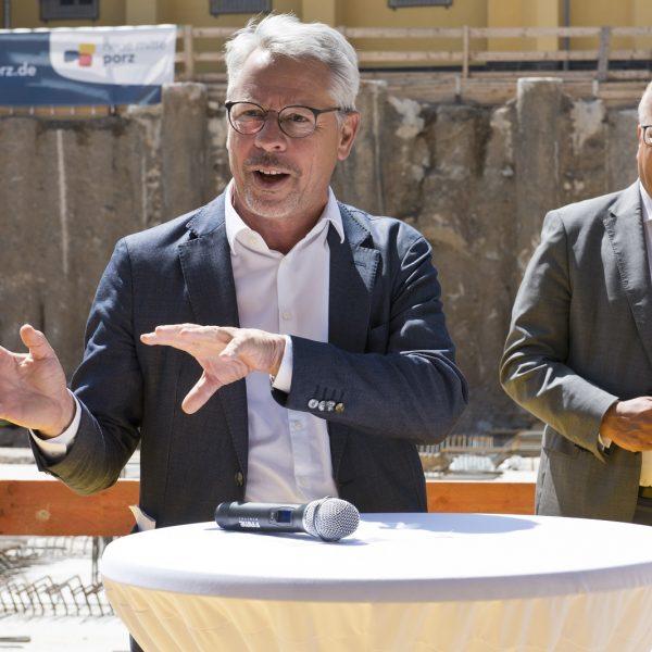 Konstantin Jaspert von JSWD Architekten, die Haus 1 geplant haben, spricht zu den Gästen der Grundsteinlegung. © Daniel Poštrak