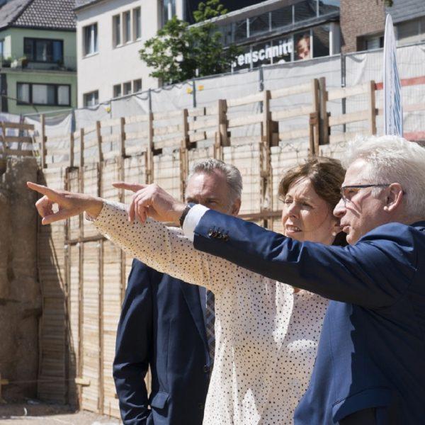 Oberbürgermeisterin Henriette Reker und Andreas Röhrig betrachten die Baugrube © Daniel Poštrak