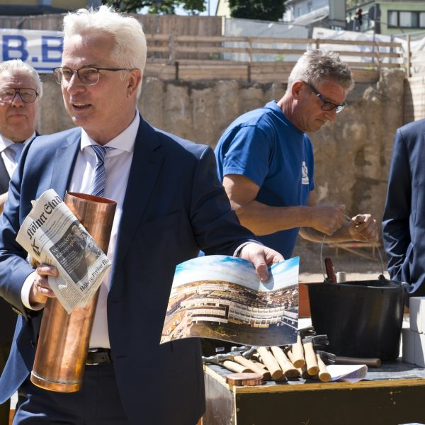 Andreas Röhrig präsentiert den Inhalt der Zeitkapsel © Daniel Poštrak