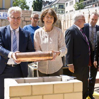 Oberbürgermeisterin Henriette Reker und Andreas Röhrig legen gemeinsam die Zeitkapsel in den Grundstein. © Daniel Poštrak