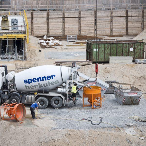 Auf der Baustelle finden Betonierarbeiten statt © Dörthe Boxberg