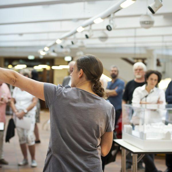 Aufmerksames Publikum bei der Vorstellung des Siegerentwurfs von club L94 © Dörthe Boxberg
