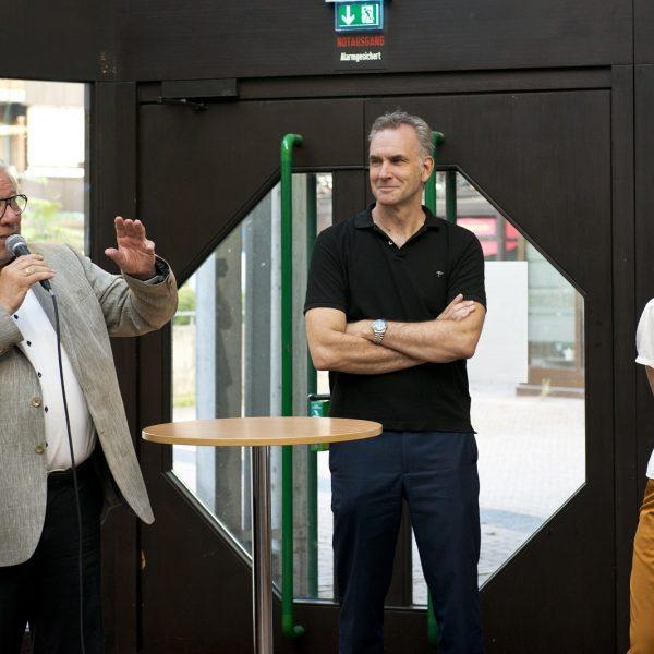 Henk van Benthem, Bezirksbürgermeister von Porz, bei der Ausstellung der Siegerentwürfe (links) © Dörthe Boxberg