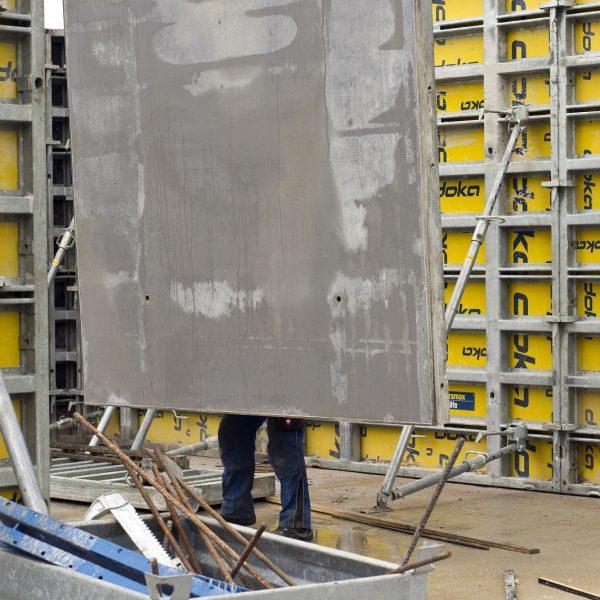 Hier ist Teamwork gefragt: Kran und Arbeiter stellen Wände © Dörthe Boxberg