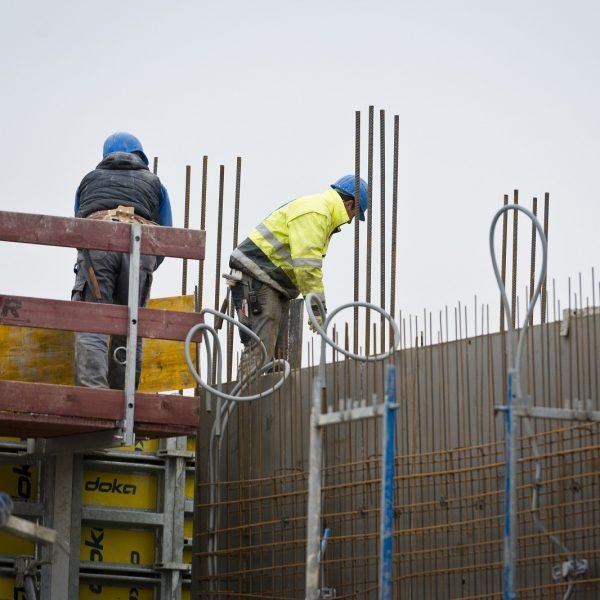 Ein Bauarbeiter positioniert die Schaltafeln © Dörthe Boxberg