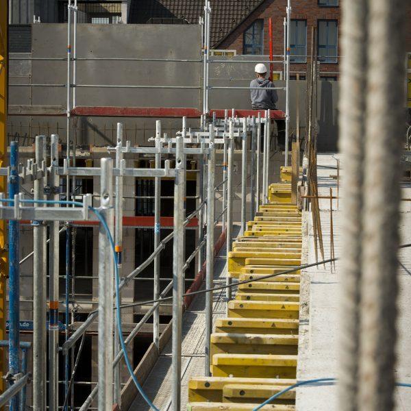 Ein Bauarbeiter arbeitet an den Schaltafeln der Giebelwände © Dörthe Boxberg