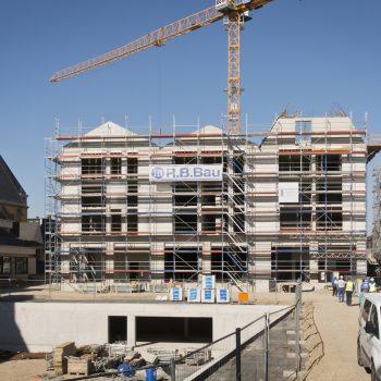 Blick auf die zukünftige Westfassade von Haus 1. Im Vordergrund das Baufeld 3 mit Verteilerbauwerk sowie Rohbauöffnungen für die zukünftigen Übergänge zu Haus 3 © Dörthe Boxberg