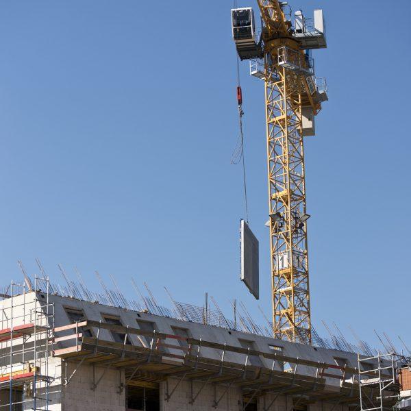 Eine Schaltafel wird auf das Dach gehievt © Dörthe Boxberg