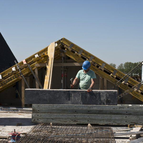 Ein Bauarbeiter richtet Schaltafeln her © Dörthe Boxberg