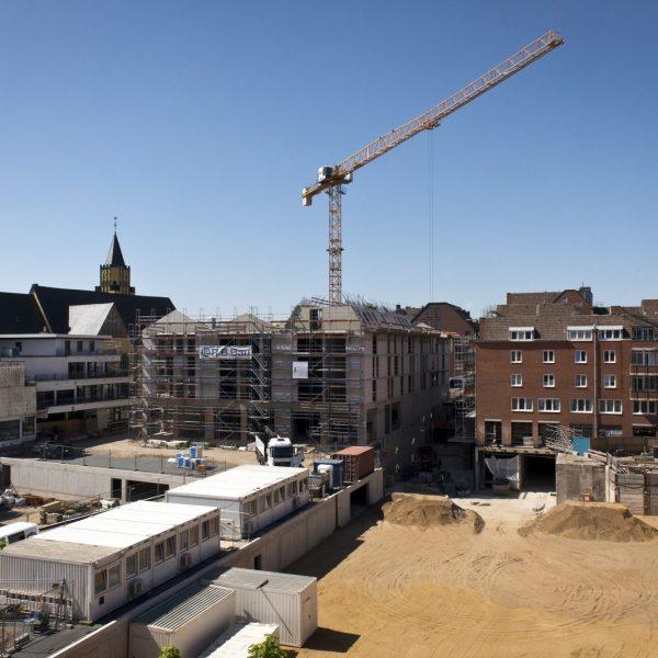 Der Blick auf die Neue Mitte Porz. Im Vordergrund die Baufelder der Häuser 2 und 3 und das Verteilerbauwerk © Dörthe Boxberg