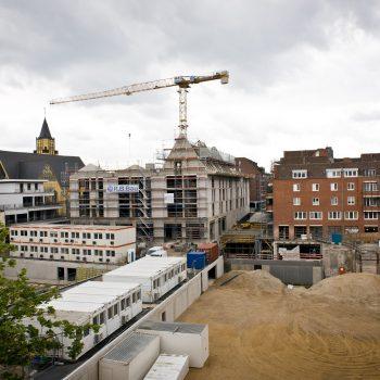 Blick auf die Baustelle der Neuen Mitte Porz – im Hintergrund der Rohbau von Haus 1 © Dörthe Boxberg