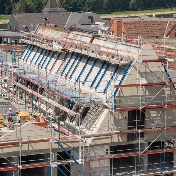 Das Beton-Steildach von Haus 1 entsteht © Moritz Gröne