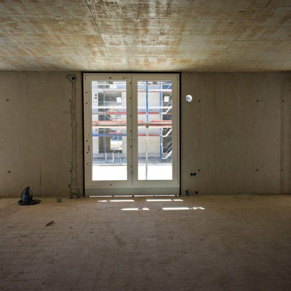 Fenstermontage im 1. Obergeschoss mit Blick zum Innenhof © Dörthe Boxberg