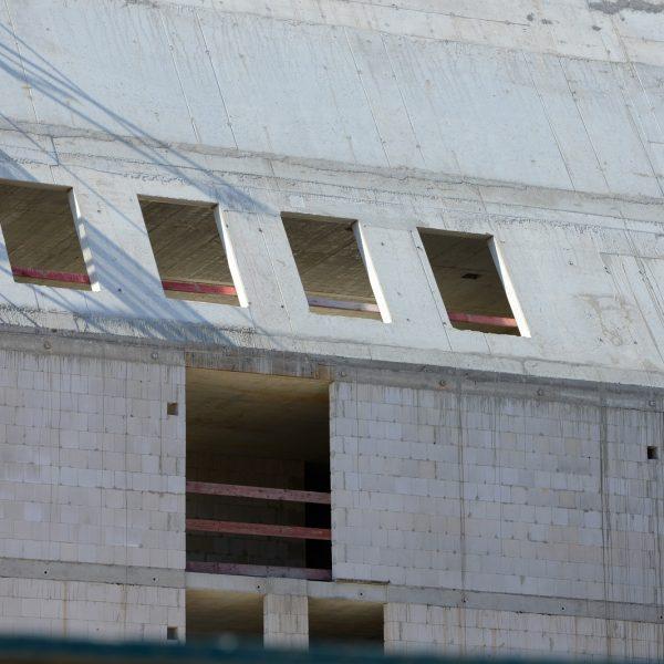Blick auf das in Stahlbeton ausgeführte Steildach – Rohbauöffnungen für die zukünftigen Dachflächenfenster © Dörthe Boxberg