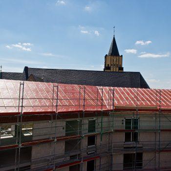 Der fertig gestellte und mit Unterspannbahn versehene Dachstuhl © Dörthe Boxberg