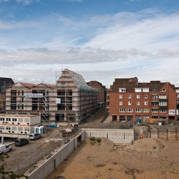Blick auf die derzeitige Baustelleneinrichtung von Haus 1 und die Baugruben der Häuser 2 und 3 © Dörthe Boxberg