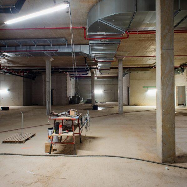 Montagearbeiten im zukünftigen Verkaufsraum des Vollsortimenters in Haus 1 © Dörthe Boxberg