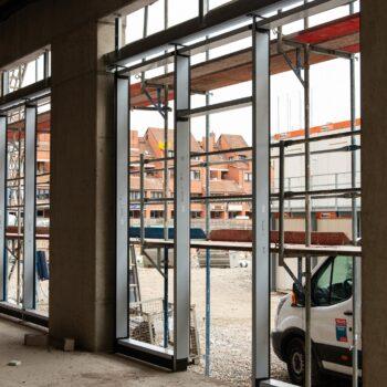 Montage der Fassaden-Pfosten-Riegel-Konstruktion im Erdgeschoss © Daniel Poštrak
