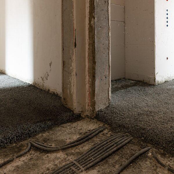Estricharbeiten in den Wohnungen Haus 1, Ausgleichsschüttung © Daniel Poštrak