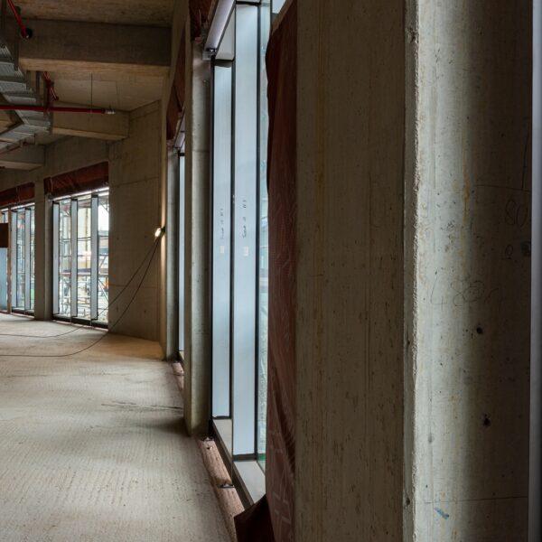 Verkaufsraum Vollsortimenter im EG, Pfosten-Riegel-Konstruktion der Fassade © Daniel Poštrak