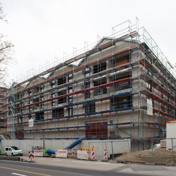 Haus 1, Blick von Hauptstraße, Fenstereinbau abgeschlossen © Daniel Poštrak