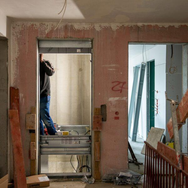 Montage der Aufzugsanlage in Haus 1 © Daniel Poštrak