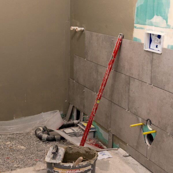 Badezimmer einer Wohnung, Fliesenarbeiten © Daniel Poštrak