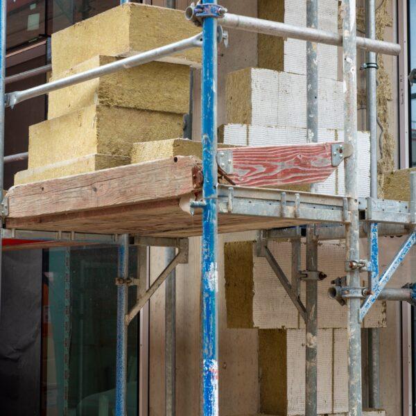 Dämmarbeiten an Fassade Erdgeschoss Bild: Daniel Poštrak