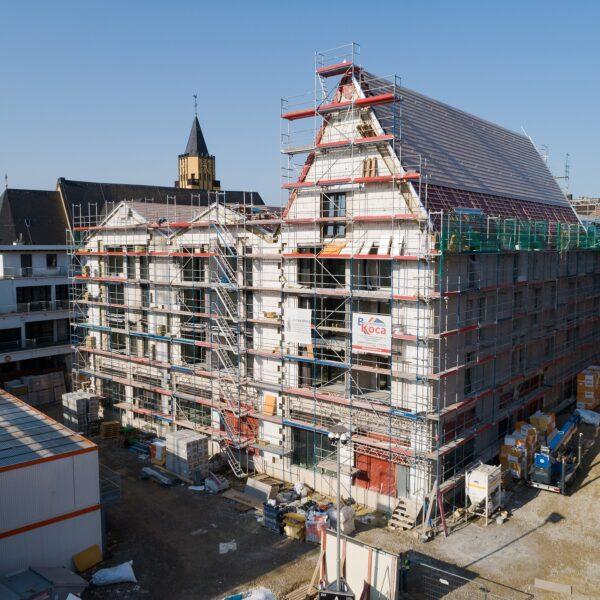 Arbeiten an Fassade und Steildach von Haus 1 Bild: Moritz Gröne