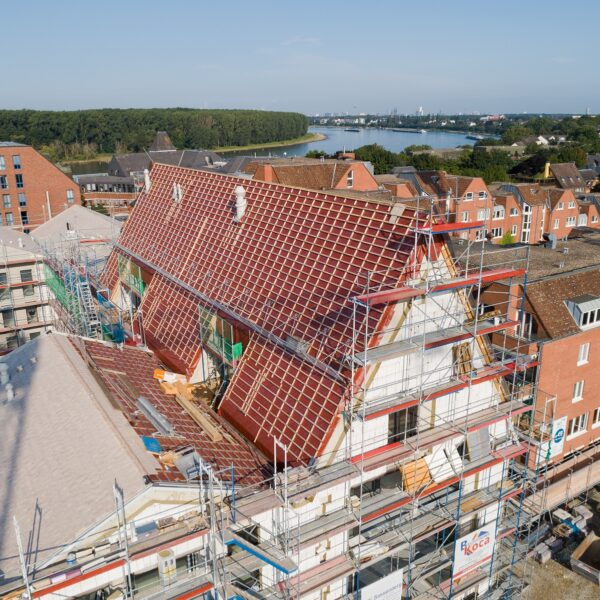 Letzte Dachdeckerarbeiten im Bereich Steildach von Haus 1 Bild: Moritz Gröne