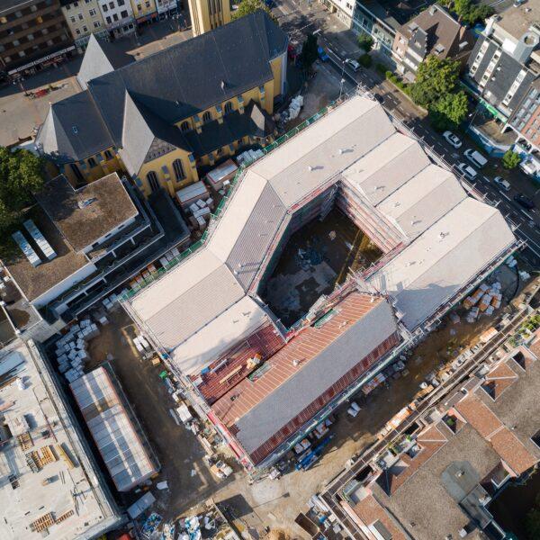 Dachdeckung der flach geneigten Dächer weitestgehend abgeschlossen Bild: Moritz Gröne